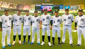 球宴に出場した千葉ロッテの選手、監督らと写真に納まる佐々木千(左)