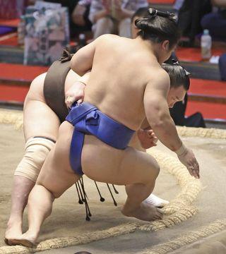 ニュース 大相撲 照ノ富士師匠の伊勢ケ浜親方きっぱり「まげつかんだら負け」反則負けに無言