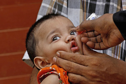 パキスタンでポリオワクチンの接種を受ける女児=2020年7月(ロイター=共同)