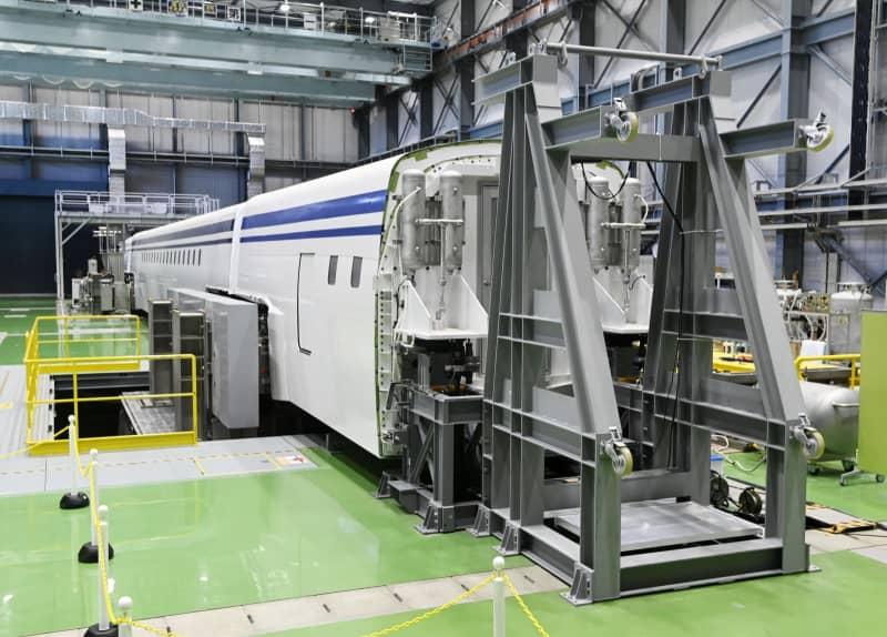 リニア中央新幹線の車両を模擬的に浮上走行の状態にする「リニア走行試験装置」=4日午後、愛知県小牧市