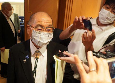 自民党県連の常任総務会後、取材に応じる北村氏=長崎市大黒町、ホテルニュー長崎