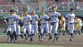 星稜に惜敗した富山商ナイン=長野県松本市野球場で