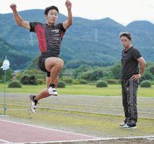 フォームを確認しながら跳躍の練習に励む朝野(左)と佐藤コーチ=18日、白石市