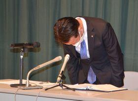 真鶴町の選挙人名簿抄本のコピーを自ら流出したことを認め謝罪する松本一彦町長=同町内