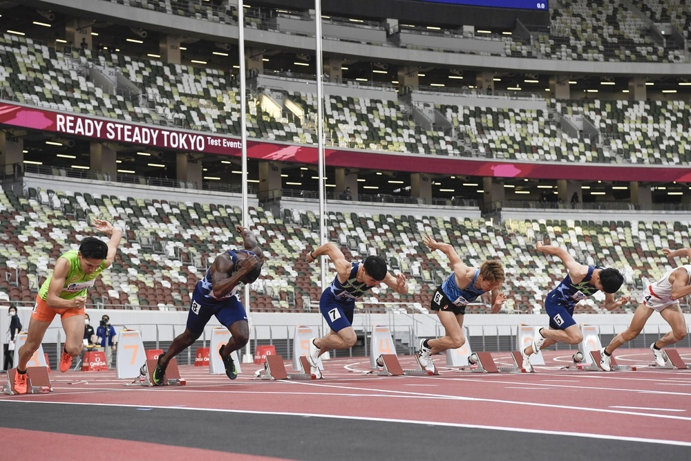 緊急事態宣言下、無観客で行われた陸上東京五輪テスト大会の男子100メートル予選で、一斉にスタートする選手=5月9日、国立競技場