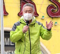 街頭演説する日本維新の会の馬場幹事長=25日午後、横浜市中区