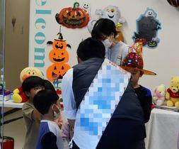 ハロウィーンイベントに参加し、子どもと触れ合う候補者=長崎市内(一部を加工しています)