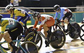 女子オムニアムの第3種目エリミネーションで走る梶原悠未(中央)=ルーベ(日本自転車競技連盟提供・共同)