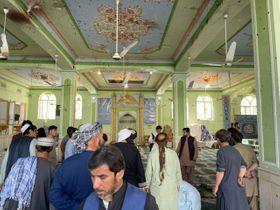 15日、アフガニスタン南部カンダハルのイスラム教シーア派モスクで起きた爆発の現場(ゲッティ=共同)